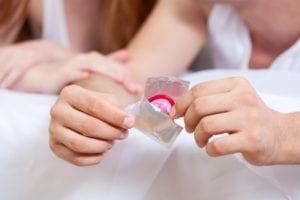 como se usa un condon masculino