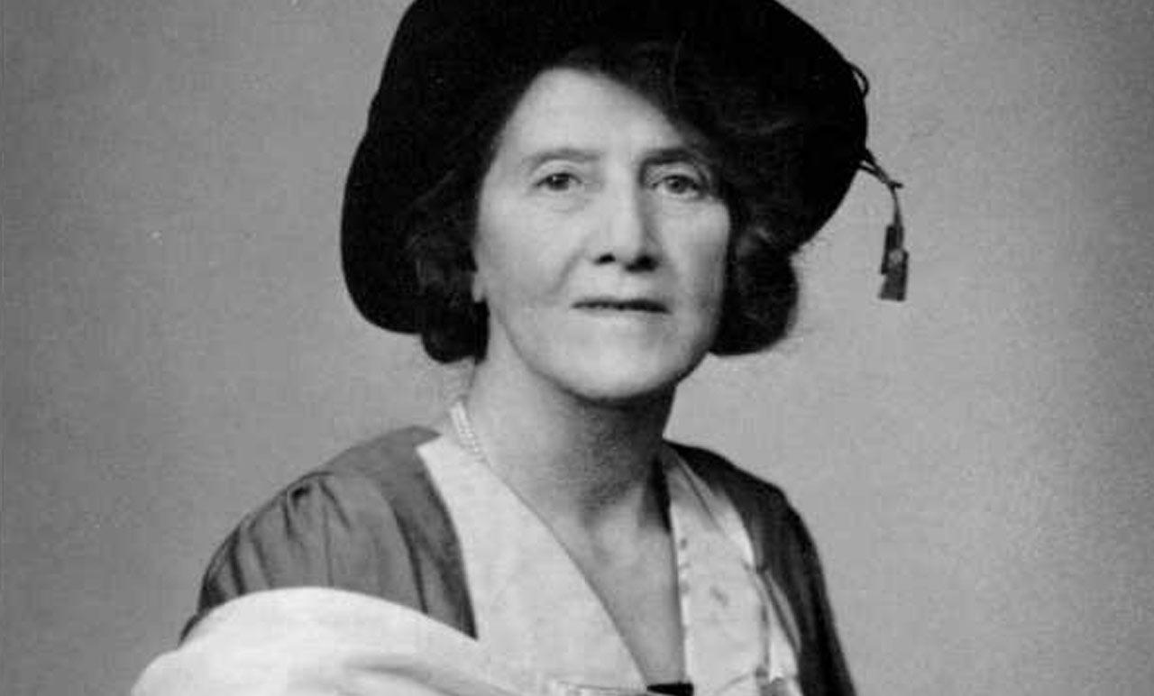 Fotografía de Marie Stopes con vestido y sombrero
